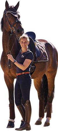 Jessica steht neben einem Pferd